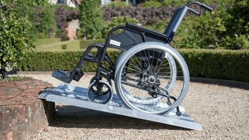 : Las rampas para sillas eléctricas se han convertido en una necesidad básica a la hora de acercar la accesibilidad a todas las personas.