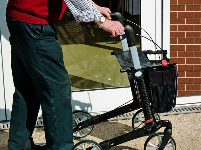alquilar un andador para personas mayores